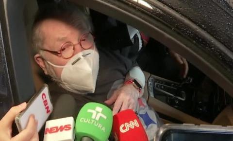 Jô Soares é vacinado contra a Covid-19 em drive-thru de SP